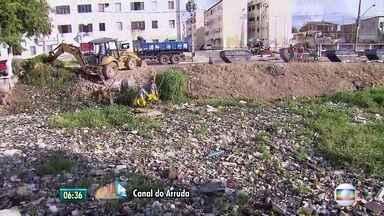 Mutirão de limpeza retira toneladas de lixo do Canal do Arruda, no Recife - Problema antigo, canal coberto por lixo é constante na Zona Norte da capital