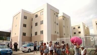 Famílias que estão sem receber aluguel social fazem protesto nesta segunda em Campos, RJ - Assista a seguir.