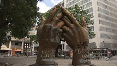 Monumentos sofrem de abandono, degradação e atos de vandalismo, em Salvador - A capital baiana tem mais de 170 monumentos; confira na reportagem.
