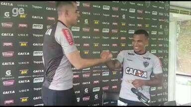 """Victor paga promessa a Otero por golaço: """"R$ 50 pelo treino, R$ 50 pelo jogo"""" - Victor paga promessa a Otero por golaço: """"R$ 50 pelo treino, R$ 50 pelo jogo"""""""
