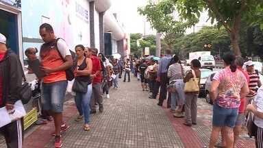 Pacientes fazem fila em busca de remédios distribuídos pela rede pública de saúde, em BH - Falta de alguns remédios preocupa quem precisa deles para sobreviver.