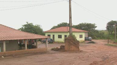Poste em monte de terra preocupa moradores em Rio Claro - Situação já dura oito anos. Concessionária de energia disse que irá resolver.
