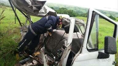 Homem morre em acidente na PR 453, em Ibaiti - De acordo com a Polícia Rodoviária Federal, um carro e um ônibus bateram de frente.