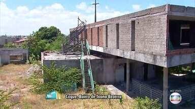 Obras do Compaz do Coque estão paradas e com sinais de abandono - Construção era para ser concluída em junho de 2014, mas governo afirma que crise prejudicou cronograma.