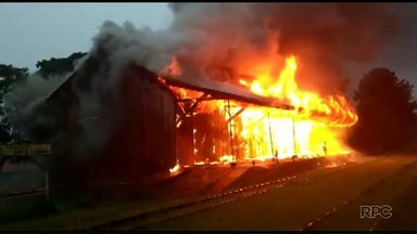 Incêndio destrói casa de cultura de mais de 100 anos - A Polícia investiga as causas do incêndio.