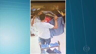 Casal é flagrando furtando R$ 4.5 mil em roupas - Eles se fingem de clientes e levam camisas dentro da bolsa.