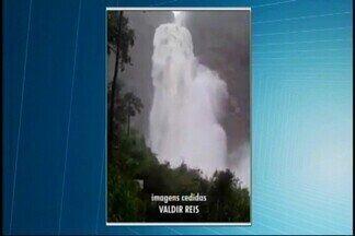 Cachoeira Casca D'anta na Serra da Canastra aumenta volume de queda d'água devido à chuva - O telespectador Valdir Reis, porteiro do Parque Nacional da Serra da Canastra, gravou um vídeo da queda que atingiu 6,5 metros de largura.