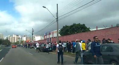 Veja o tamanho da fila na Vila Capanema para comprar ingressos - Veja o tamanho da fila na Vila Capanema para comprar ingressos