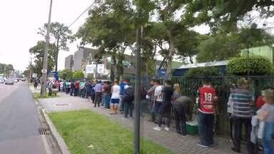 A fila não para: veja em velocidade rápida o tamanho da fila de torcedores do Paraná - A fila não para: veja em velocidade rápida o tamanho da fila de torcedores do Paraná