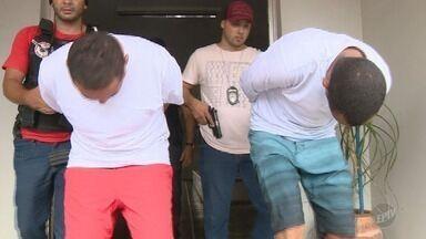Polícia identifica autores de assassinato de policial durante assalto em Mogi Mirim - Dois homens, de 28 e 32 anos, foram presos e encaminhados ao Centro de Detenção Provisória de Americana. Outro suspeito está foragido.