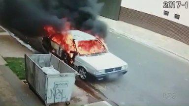 Homem coloca fogo em um carro em Maringá - A polícia já identificou o rapaz e ele deve ser ouvido nos próximos dias