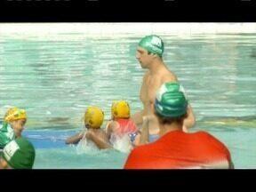 Atletas da natação de Ipatinga recebem visita do medalhista olímpico Gustavo Borges - Ex-atleta profissional acompanhou um projeto para jovens talentos.