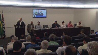 Audiência discute aplicativo de transportes em Santos, SP - Categorias discutem igualdade de condições.