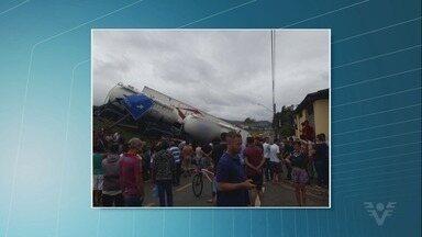 Carretas colidem, despencam 4 metros e quase atingem casas no Vale do Ribeira - Acidente aconteceu na Rodovia Régis Bittencourt.