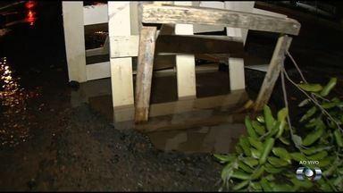 Avenida T-4, na esquina com a T-12, tem vazamento de água - Um buraco na pista foi sinalizado de maneira improvisada.