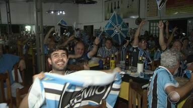 Torcedores do Grêmio comemoram vitória na Libertadores no Centro de Tradições Gaúchas - Veja como foi a festa da torcida.
