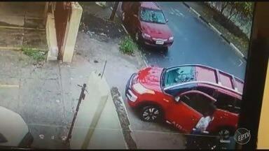 Câmeras de segurança registram roubo a professora em frente a escola de Hortolândia - Funcionária chegava para trabalhar na Escola Estadual Doutor Honorino Fabbri, no Jardim Sumarezinho.