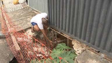 """Buraco em calçada de prédio ainda não foi reparado no bairro de Brotas, em Salvador - Veja no quadro """"Tô no BMD"""". Envie sua denúncia para bmd@redebahia.com.br."""