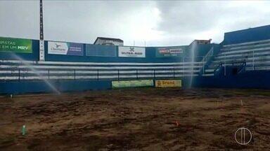 Estádio do Aryzão, em Campos, RJ, passa por processo de troca do gramado - Assista a seguir.