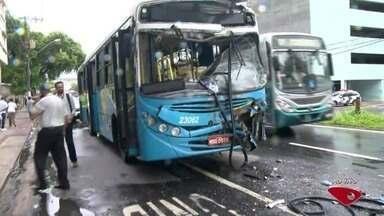 Acidente entre ônibus na Avenida Vitória deixa passageiros feridos - Colisão aconteceu na avenida Vitória, na manhã desta quinta-feira (23). Equipes do Corpo de Bombeiros e do Samu prestam atendimento às vítimas.
