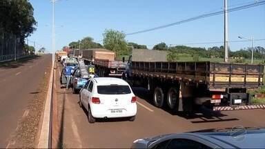 Servidores da UFGD bloqueiam rodovia em protesto pela educação pública - Foi bloqueada a avenida Guaicurus, principal via de acesso a instituição.