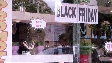 Algumas lojas de Dourados já antecipam promoções da Black Friday - Nesta sexta-feira, lojas do Brasil inteiro vão abaixar os preços para atrair o consumidor.