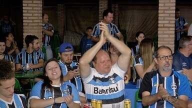 Torcedores comemoram com estilo a vitória do Grêmio em Campo Grande - Durante o jogo da Final da Libertadores, os torcedores ficaram apreensivos até o momento em que o time vencedor fez o gol decisivo.