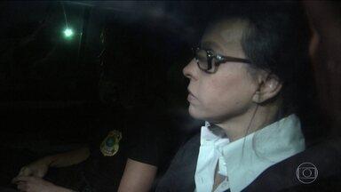 Mulher de Sérgio Cabral volta para a cadeia - Depois de ter revogada a prisão domiciliar pela Justiçal, Adriana Ancelmo foi levada para a mesma cadeia onde está o ex-governador do Rio.