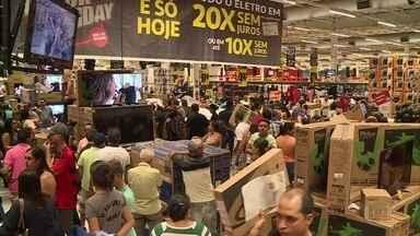 Black Friday tem filas em busca de descontos no Recife - Movimento começou na madrugada, com lojas abrindo em horário especial.