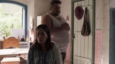 Danilo dá a notícia da morte de Tenório a Duda - Ela aconselha o companheiro a não pescar por causa do mal tempo. A viúva de Tenório expulsa Duda do velório