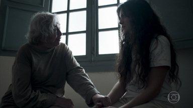 Beatriz afirma que Clara foi vítima de uma armadilha de Sophia - As duas conversam sobre os motivos da internação da jovem