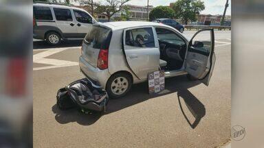 Dupla é detida com dispositivo que trava cartão em caixa de banco em Araraquara - Eles foram abordados na Rodovia Washington Luís e demonstraram nervosismo neste sábado (25). Uma vítima foi identificada através de um recibo.