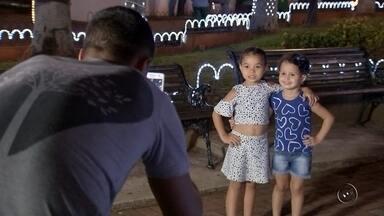 Prefeitura de Birigui faz últimos preparativos na decoração de Natal da cidade - Algumas cidades da região noroeste paulista estão fazendo os últimos preparativos na 'Decoração de Natal'. Os moradores de Birigui (SP), por exemplo, estão aproveitando os testes de luz que a prefeitura da cidade está fazendo para já conhecerem as novidades desse ano.