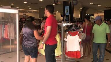 Metade dos brasileiros vai gastar o 13º salário em compras de Natal, revela pesquisa - Dinheiro começou a entrar na conta de muitos alagoanos e um levantamento do SPC expõe o que muitos pretendem fazer com a renda.
