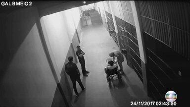 Transferido para Bangu, Garotinho é isolado e monitorado 24 horas por dia - Ele estava na cadeia de Benfica e disse ter sido agredido dentro da cela.Transferência é punição, diz secretaria; Garotinho não comprovou agressão.
