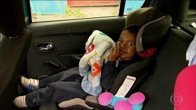 Viajar com crianças no carro fora da cadeirinha é infração gravíssima - Em 2016, em SP, 4 mil motoristas foram multados por falta do equipamento.Mas pais têm muitas dúvidas na escolha da cadeirinha e na forma de instalar.
