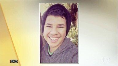 Morre menino de 16 anos baleado em tentativa de assalto em loja em Paraty (RJ) - A atuação da PM está sendo questionada já que o adolescente teria sido confundindo com um dos criminosos.