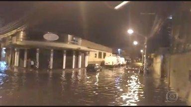 Forte chuva deixou as ruas de Bonsucesso alagadas - A rua Teixeira de Castro em Bonsucesso ficou alagada, as imagens são da Maria da Gloria.