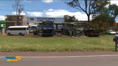 Dois ônibus de turismo pegam fogo em Foz do Iguaçu - Os veículos estavam estacionados em frente a uma empresa.