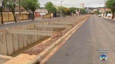 Avenida Marginal de São Roque começa a ser liberada ao trânsito - Um ano e oito meses após ser interditada, a Avenida Marginal de São Roque (SP) começou a ser liberada ao trânsito.