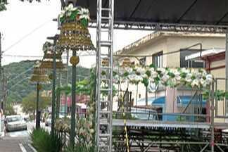 Guararema finaliza instalação de decoração de Natal - Decoração será inaugurada oficialmente nesta quarta-feira.
