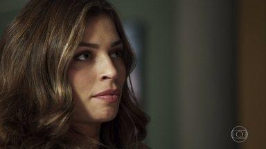 Lívia desconfia que Renato tenha uma amante - Para ir atrás das pistas sobre Clara, médico diz que fará um curso fora da cidade