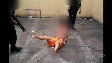 MP apura suspeita de maus-tratos contra detentos em presídios de Goiás; vídeo - Imagens mostram presos levando tapas e tomando choques elétricos.
