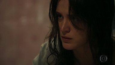 Clara conta para Duda que fugiu do hospício - A costureira fica apreensiva quando a jovem se lembra do encontro das duas no Rio de Janeiro