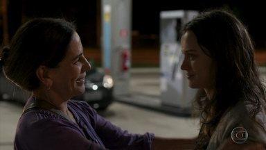 Duda ajuda Clara a fugir para o Rio de Janeiro - A jovem pede para a costureira não denunciá-la. Clara pega uma carona com um caminhoneiro que está indo para o Rio de Janeiro
