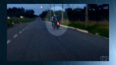 Condutores são flagrados desrespeitando as leis de trânsito em Goiás - Em um dos flagrantes, ciclista é arrastado por motociclista.