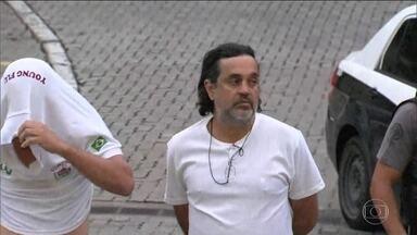 Chefes de torcidas organizadas são presos em operação policial no Rio - Três presidentes de torcidas organizadas do Fluminense já foram detidos. Eles são suspeitos de repassar ingressos para cambistas que revendiam a torcedores a preços altos. Dirigentes de clubes também estão sendo levados para prestar depoimentos.