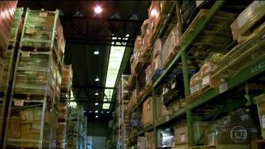 Produtos abandonados no Aeroporto de Guarulhos vão a leilão - Toneladas de mercadorias serão leiloadas pela Receita Federal. Dez toneladas de salmão foram incineradas na quinta-feira (30).