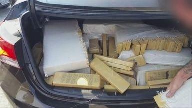 Quadrilha que transportava carros roubados e drogas é presa no PR - Mulheres eram contratadas para fazer o transporte entre Brasil e Paraguai. Operação da Polícia Civil prendeu 24 pessoas, incluindo a chefe do bando.