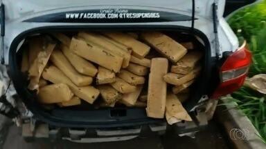 Carro com 420 kg de maconha é abandonado após acidente em Cezarina - Segundo a PRF, motorista perdeu o controle da direção, rodou na pista, atingiu proteção lateral da BR-060 e fugiu. Veículo era roubado e tinha placas clonadas.